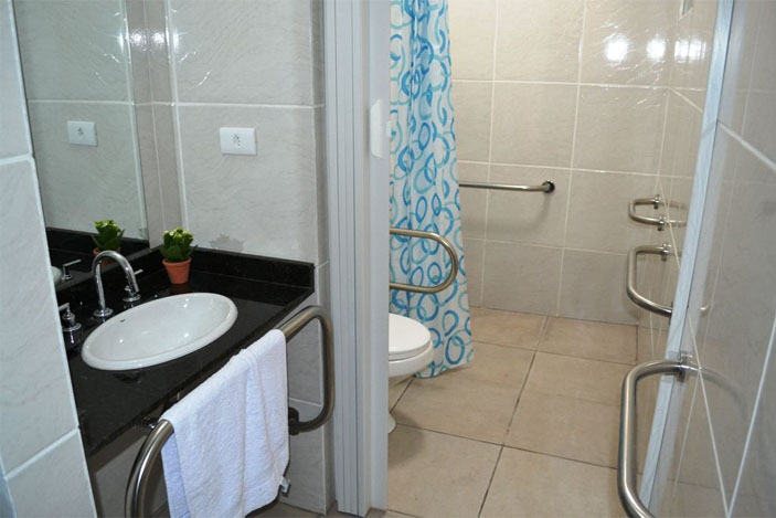 Dicas de como deixar a casa bonita e segura para a terceira idade  Guia Cons -> Banheiros Simples Para Idosos