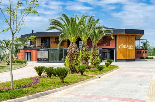 Casa container recebe fachada que equilibra formas e movimento