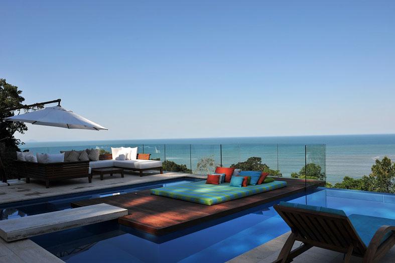 Casa na praia destaca vista para Mata Atlântica com piscina de borda infinita