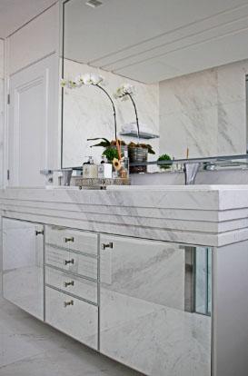 O Mármore Branco Ariston em bancada, paredes e piso do banheiro do casal | Foto: Marco Tiê
