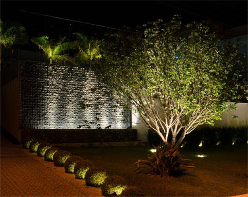 Interlight apresenta projetores externos para decoração de jardins